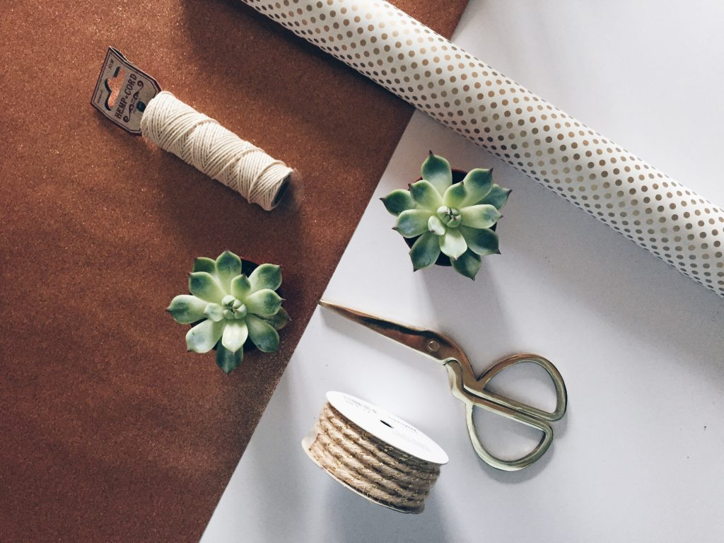 DIY last minute christmas decor ideas - the wrapped plant
