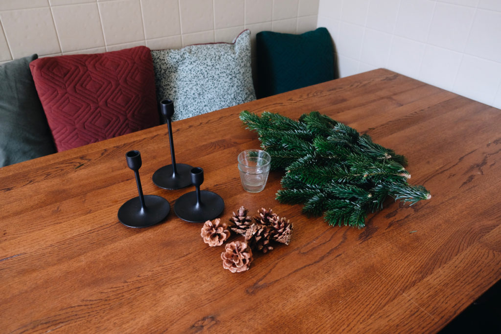 simple and stunning table for Christmas